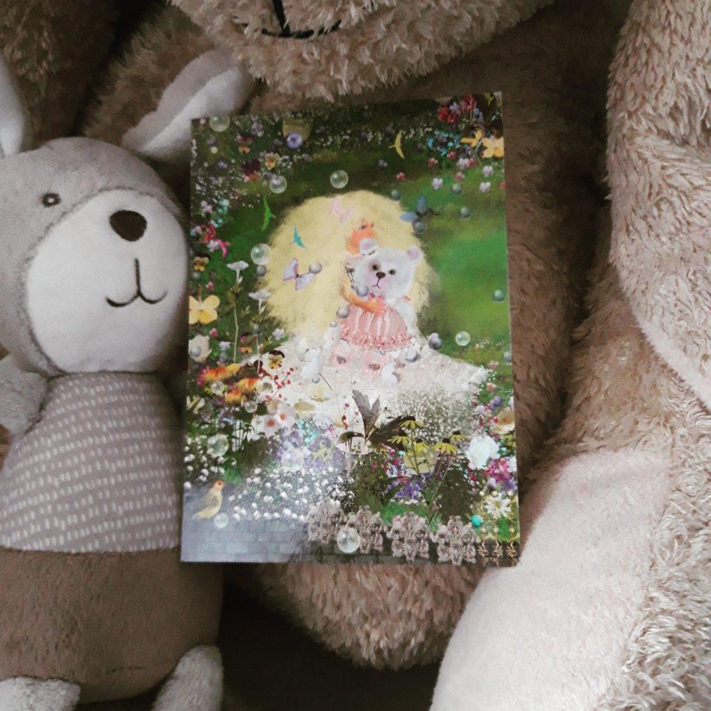 Postkarte Ilona Reny: blondes Mädchen hält weißen Teddybär im rosa Kleidchen